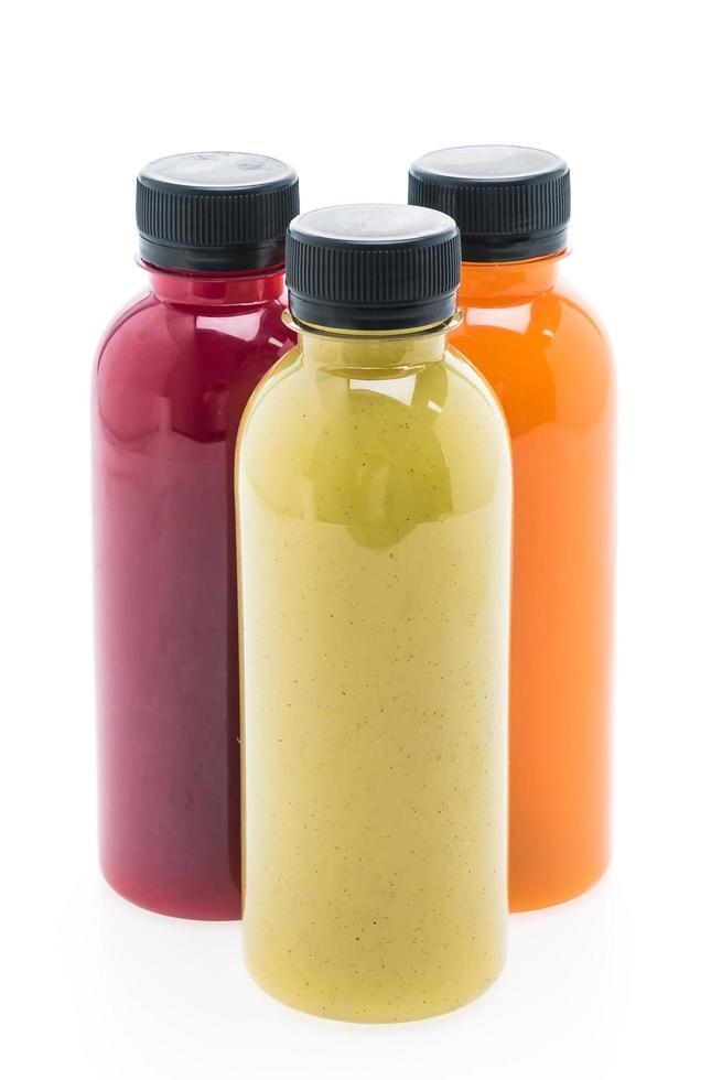 Obst- und Gemüsesaftflaschen lokalisiert auf weißem Hintergrund foto