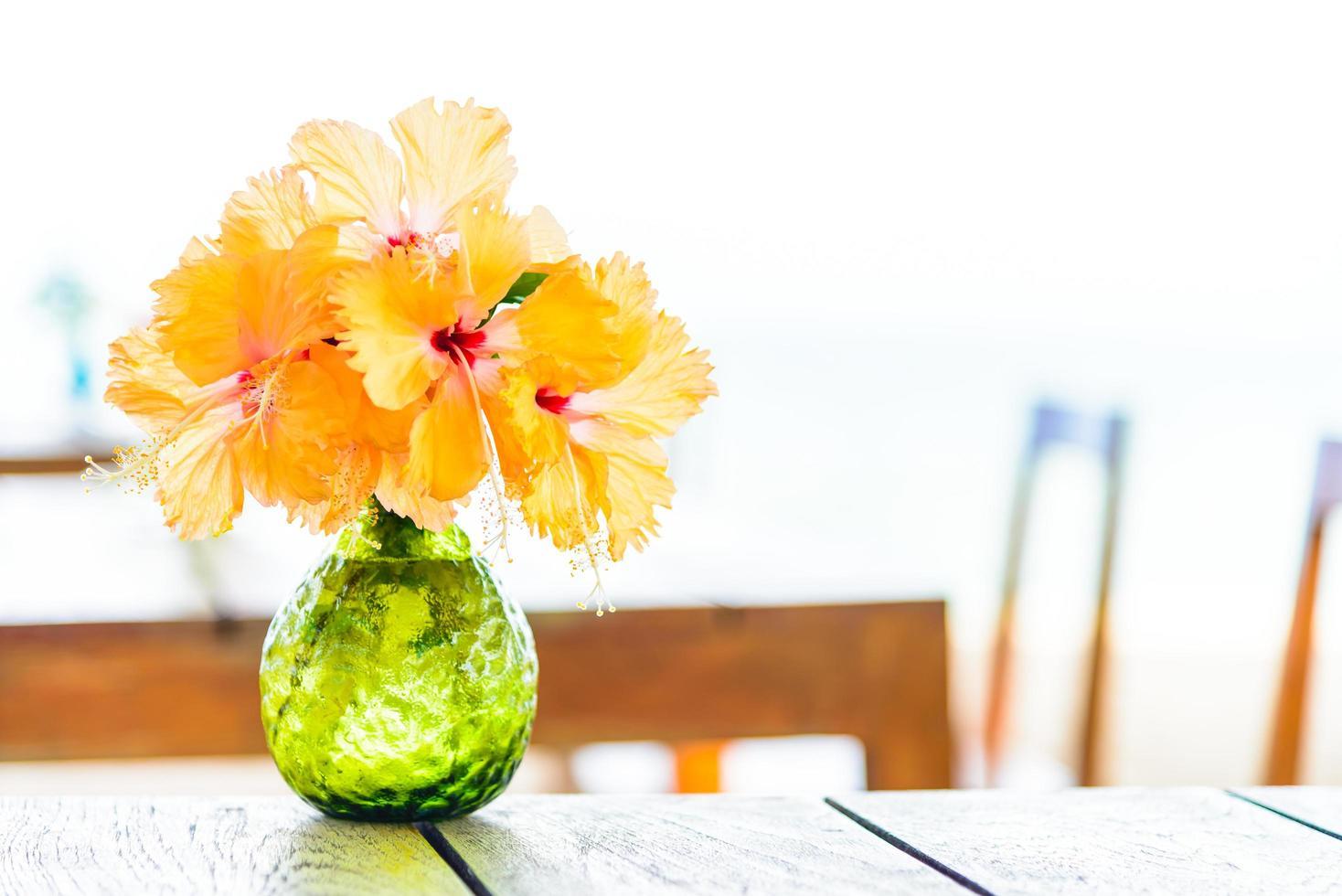 Vase auf Holztisch mit Meereshintergrund foto