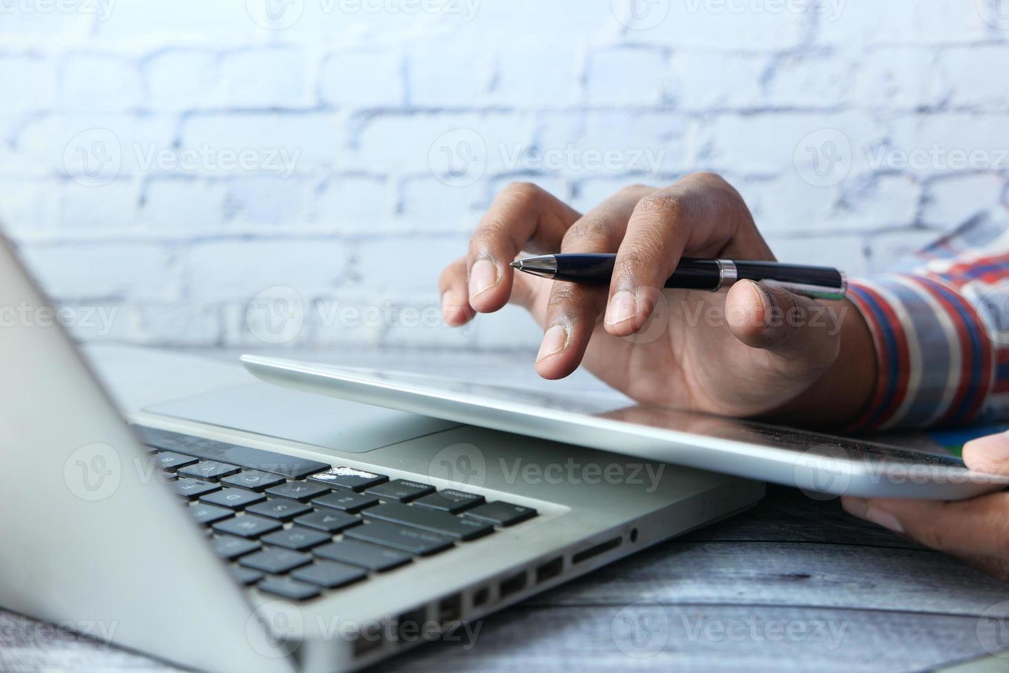 Geschäftsmann mit Tablet und Laptop foto