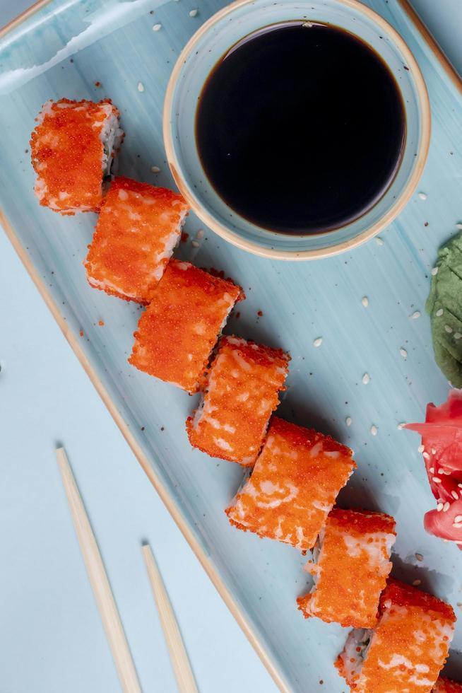 Sushi-Rollen mit Sesam-Beilagensauce foto