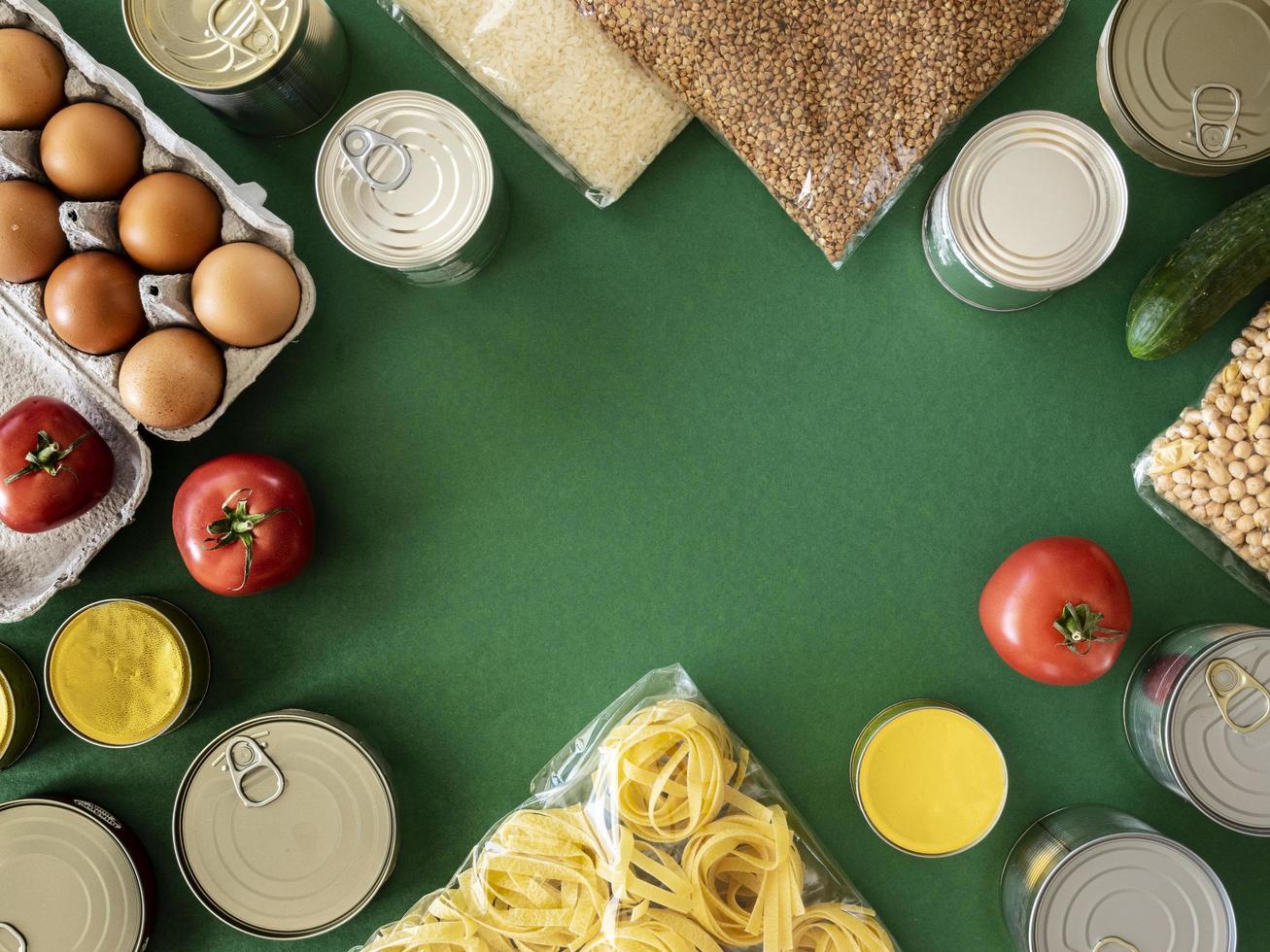 Draufsicht auf Lebensmittelvorräte für Spenden foto