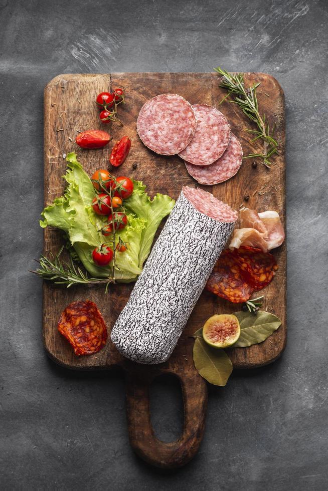 Draufsicht köstliches Salami-Konzept foto