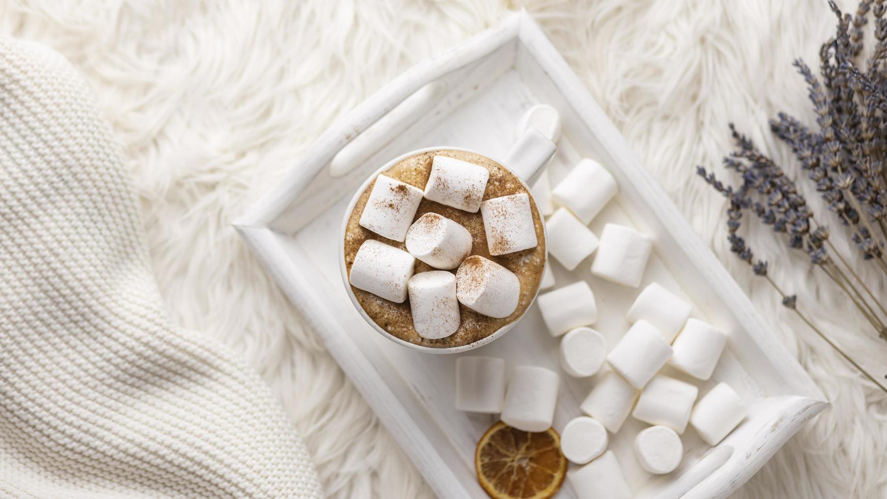 Draufsicht Tablett mit Tasse Marshmallows mit Lavendel foto