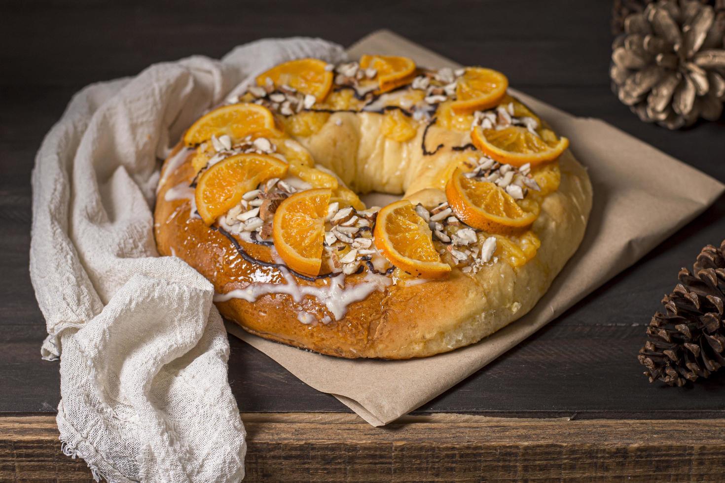 Dreikönigstagsnahrung mit geschnittenem weißen Orangentuch foto