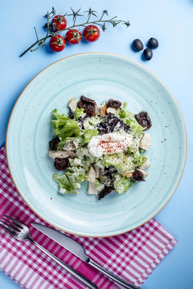 Kräutersalat mit saurer Sahne gekrönt foto
