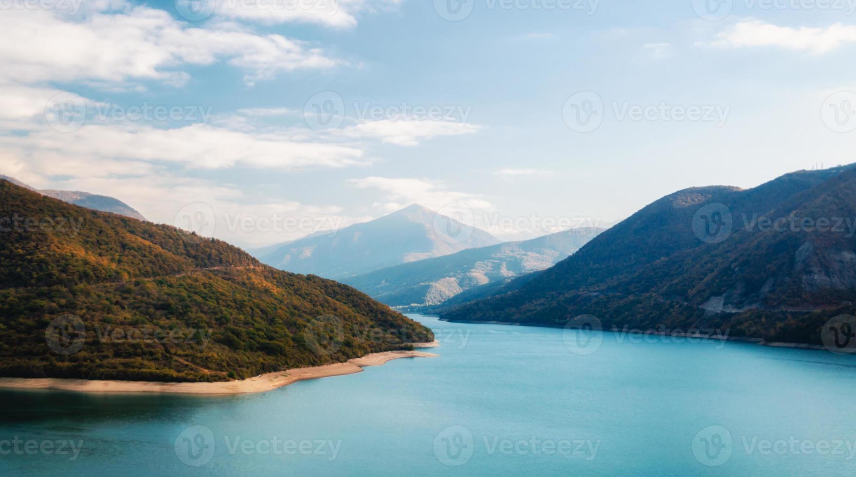 Herbstlandschaft von Bergen und See foto