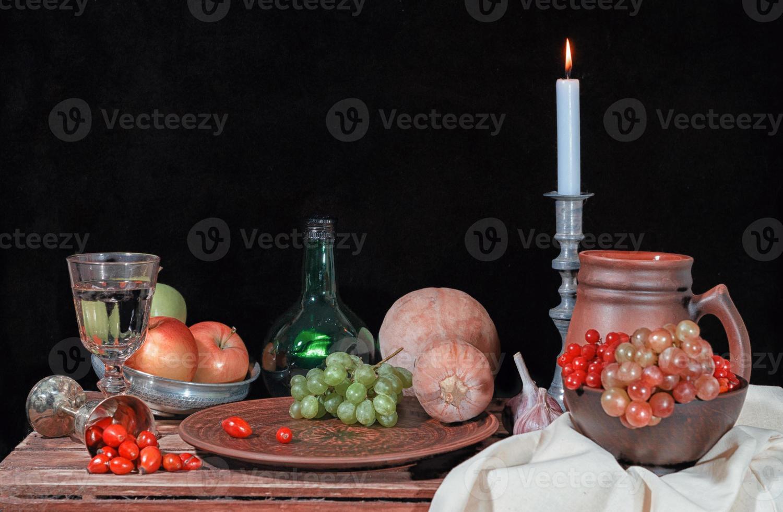 Herbststillleben mit Früchten und Kerze foto