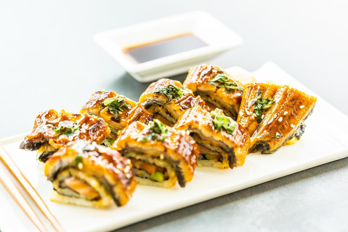 Gegrillte Aal- oder Unagi-Fisch-Sushi-Maki-Rolle mit süßer Sauce foto