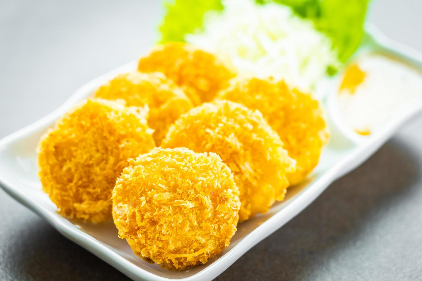frittierter Garnelenkuchen oder Ball mit Gemüse foto