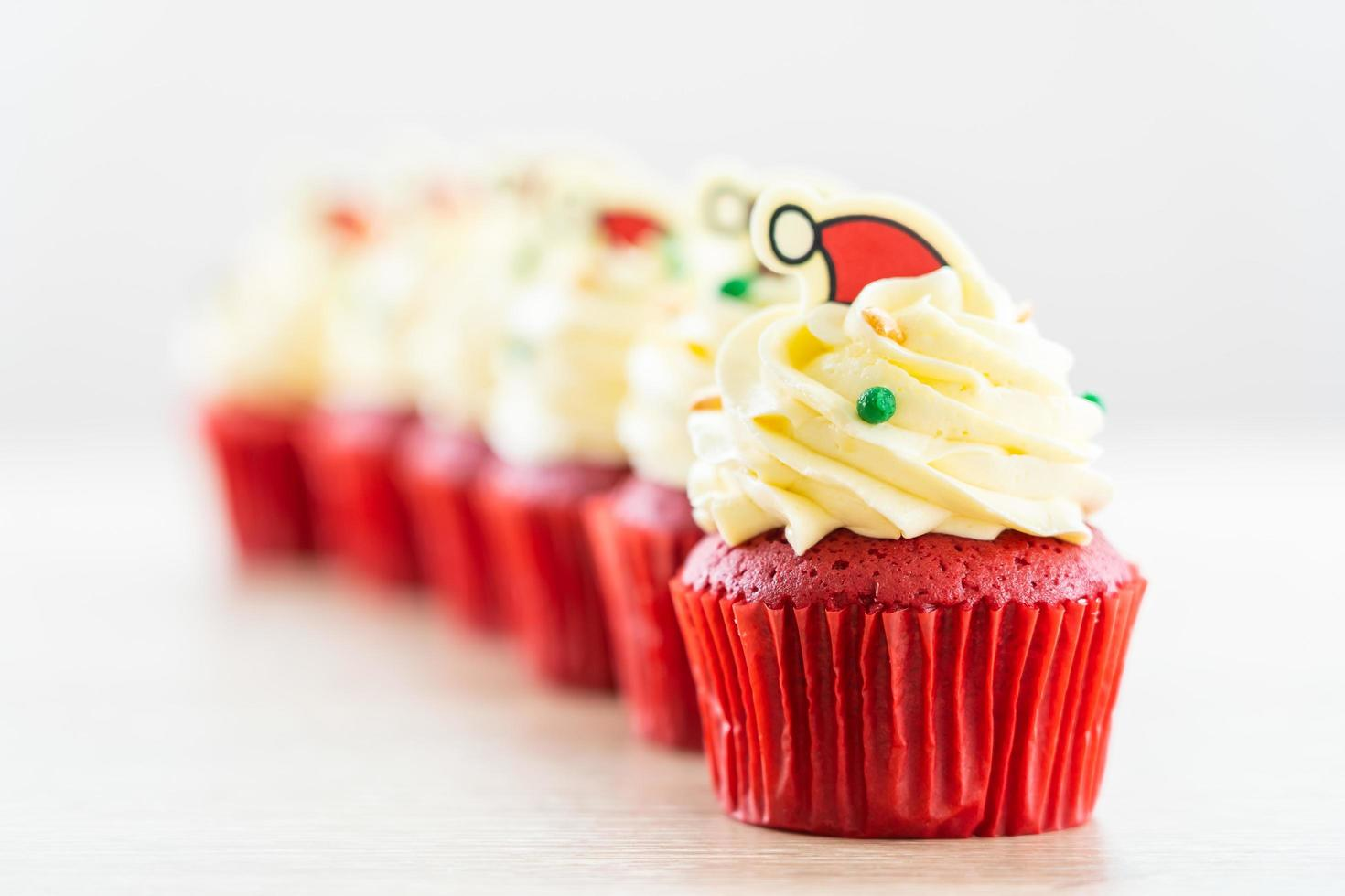 süßes Dessert mit Cupcake rotem Samt foto