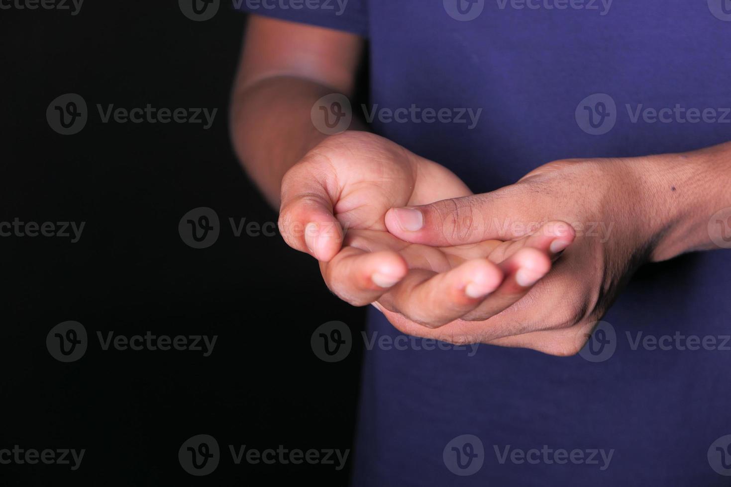 Mann mit Handschmerz auf schwarzem Hintergrund foto