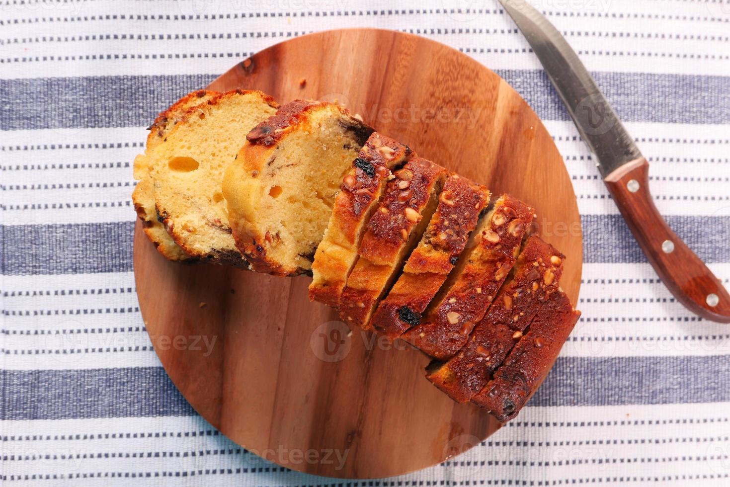 Draufsicht auf Brot auf Schneidebrett foto