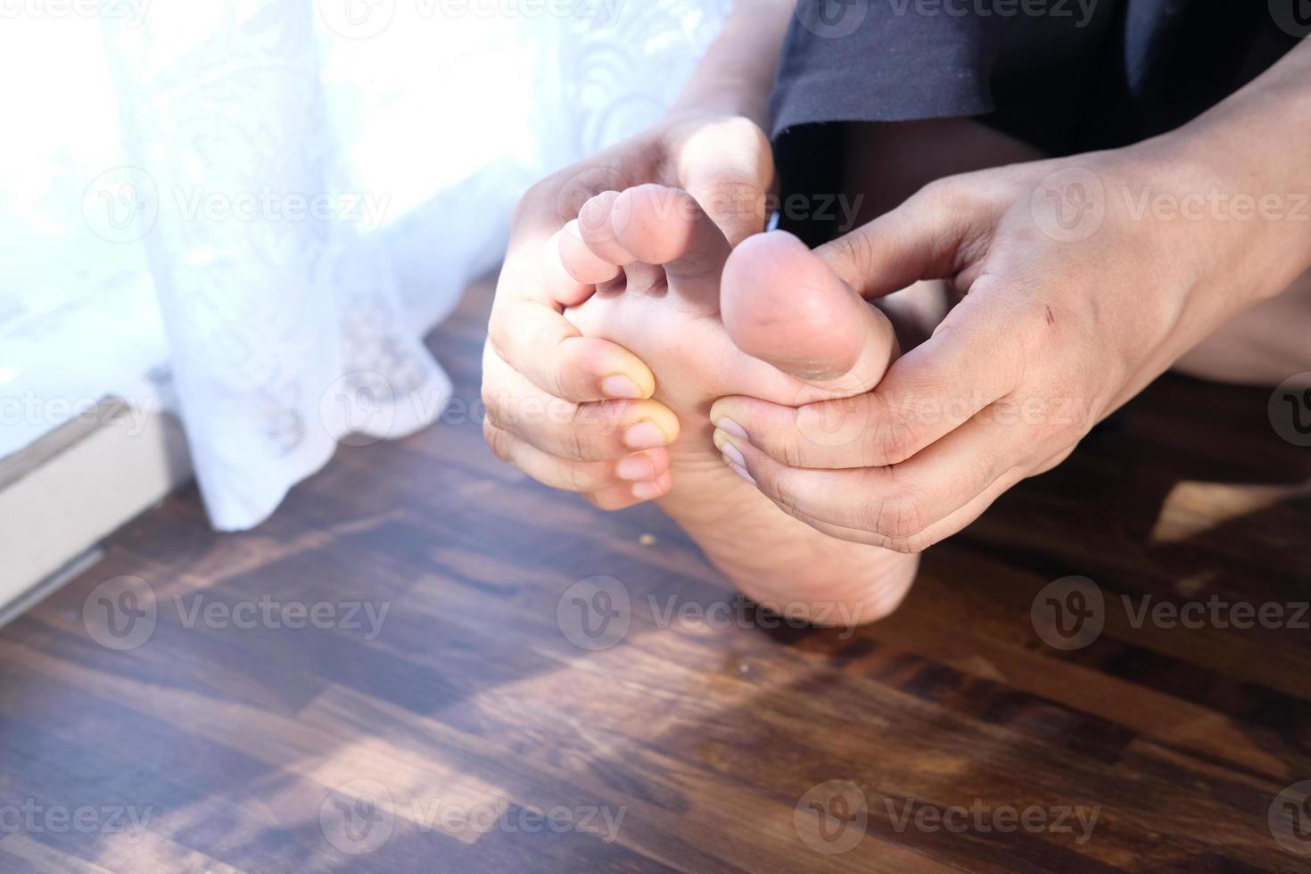 Frau massiert Füße foto