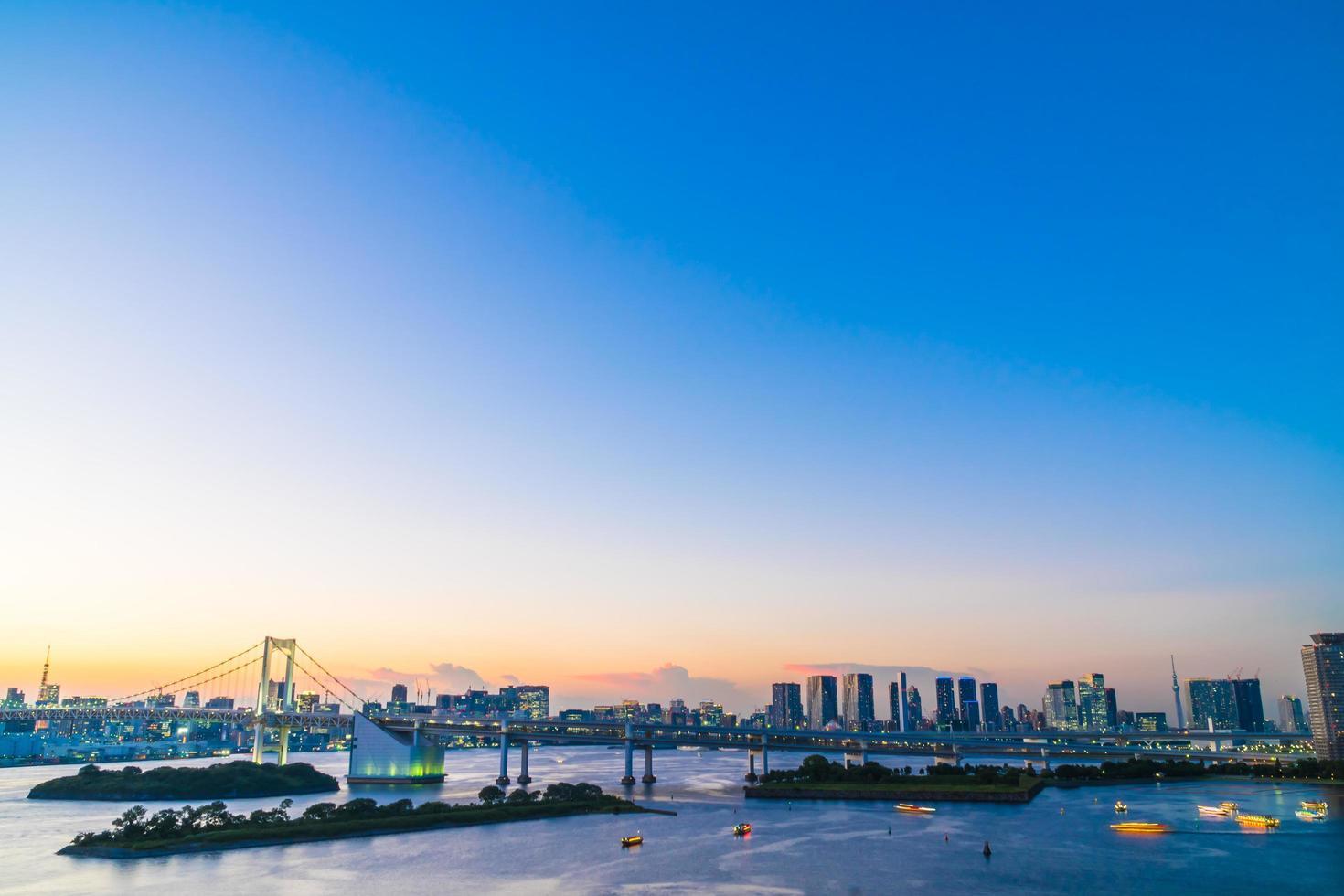 Stadtbild von Tokio Stadt mit Regenbogenbrücke, Japan foto