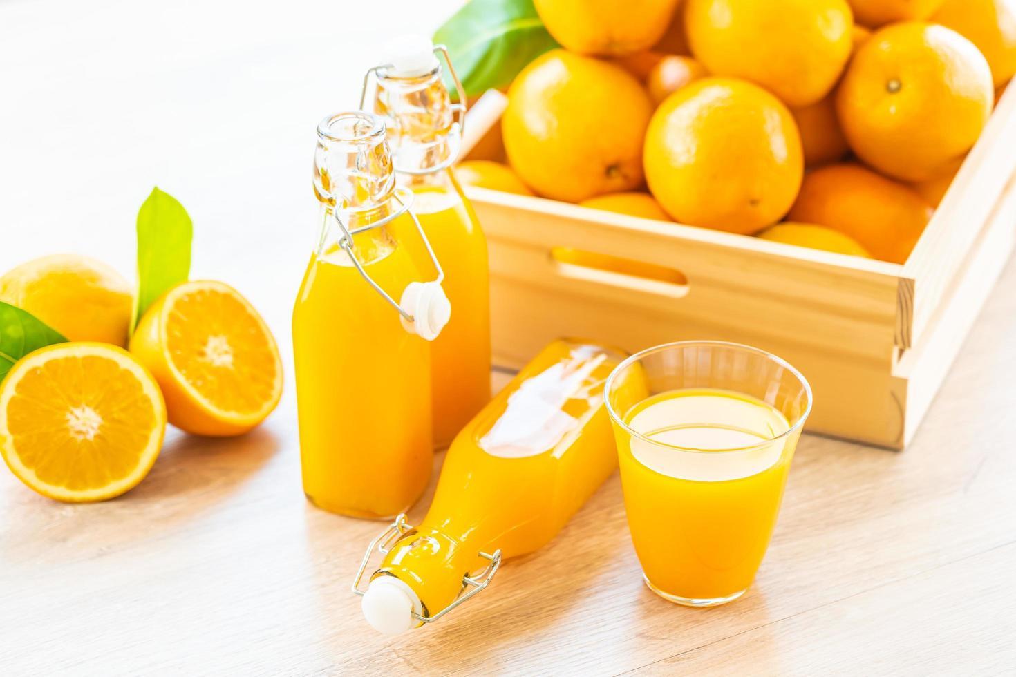 frischer Orangensaft zum Trinken in Flaschenglas foto