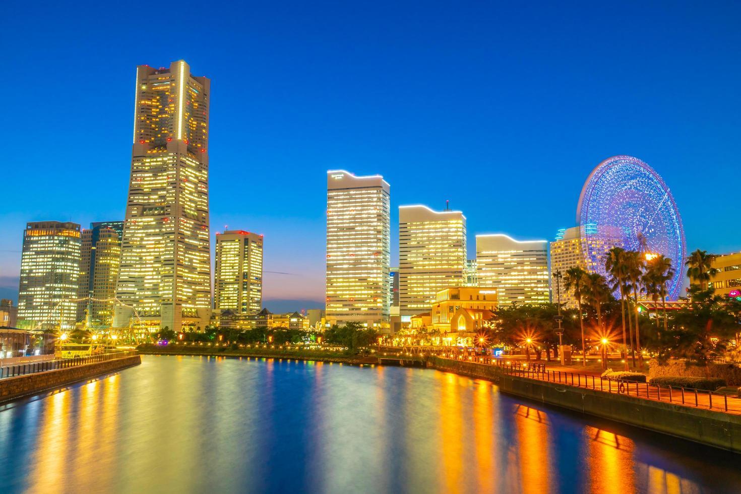 Skyline der Stadt Yokohama in der Dämmerung, Yokohama, Japan foto