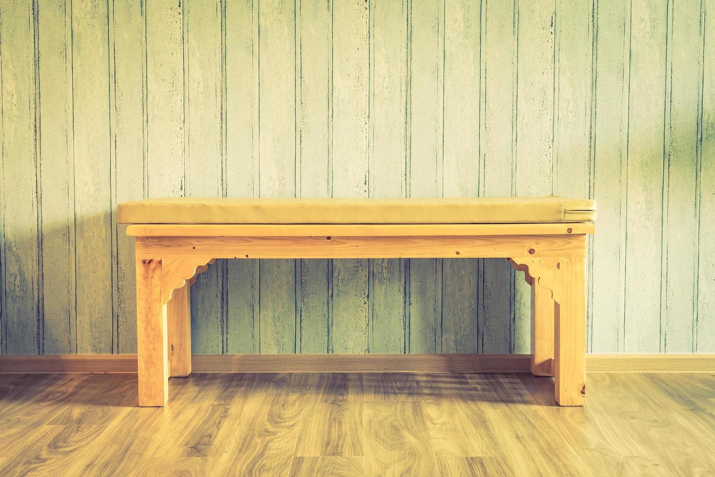 Vintage Holzstuhl auf Holzhintergrund foto