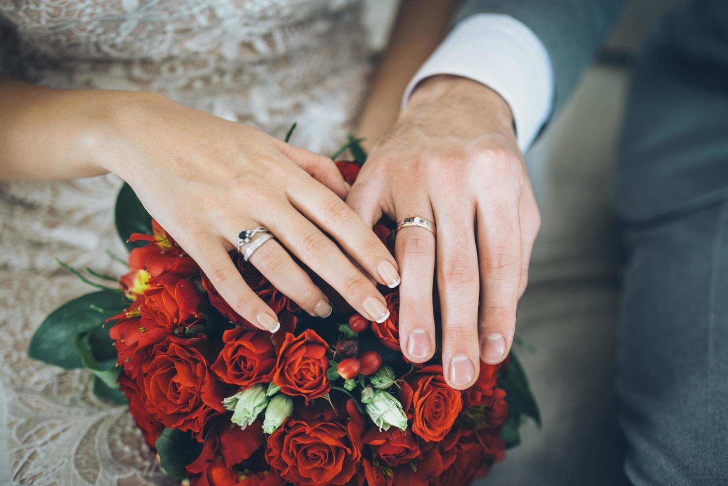 Braut Bräutigam mit rotem Blumenstrauß foto