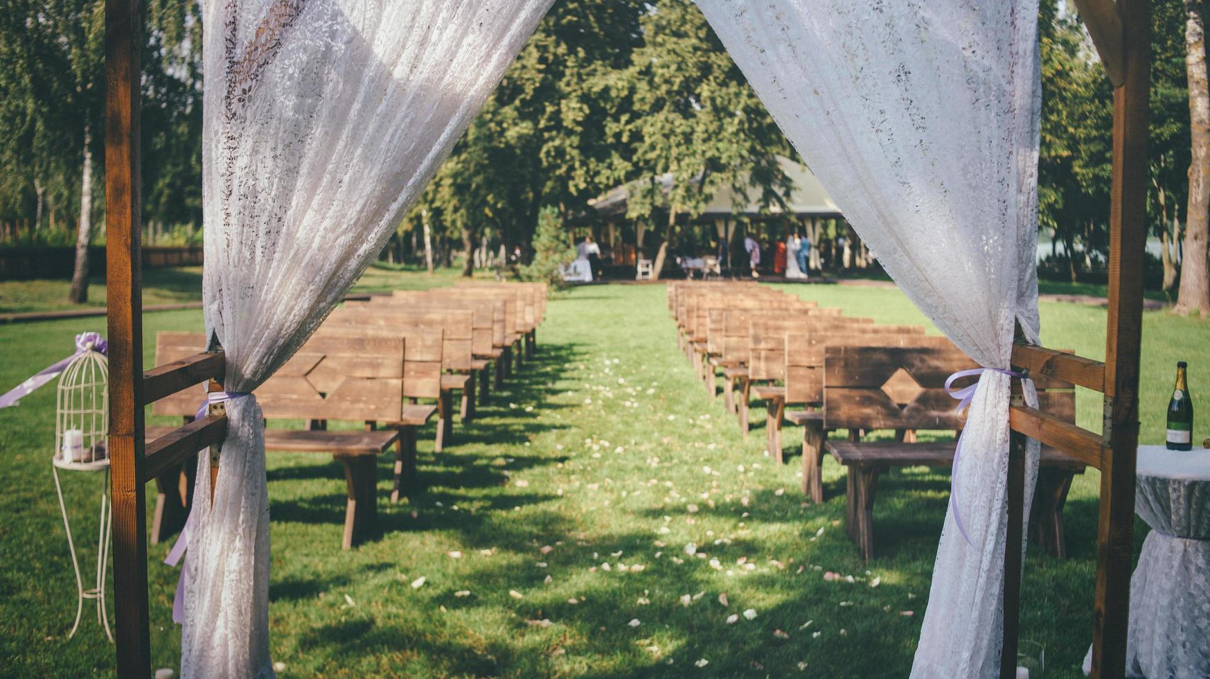 Hochzeitsbogen mit Hochzeitsfeier im Hintergrund foto
