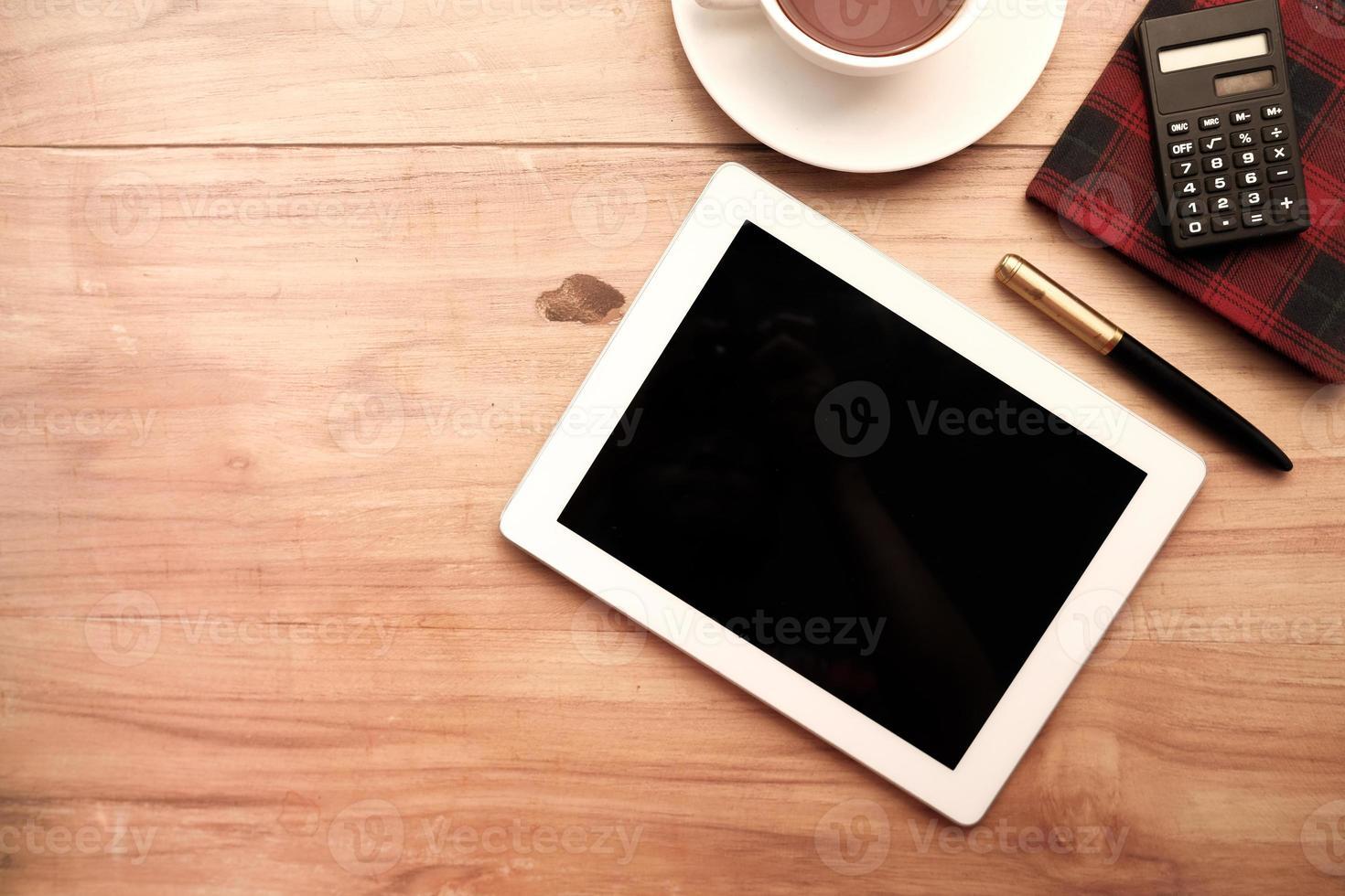 flache Zusammensetzung des digitalen Tablets foto