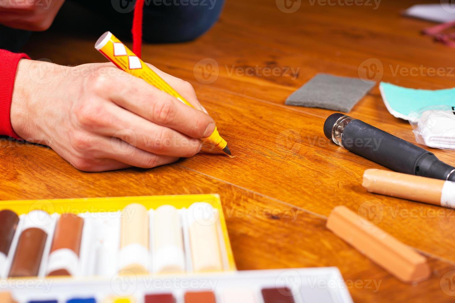 Reparaturrestaurierung für Laminatparkett und Holzprodukte foto