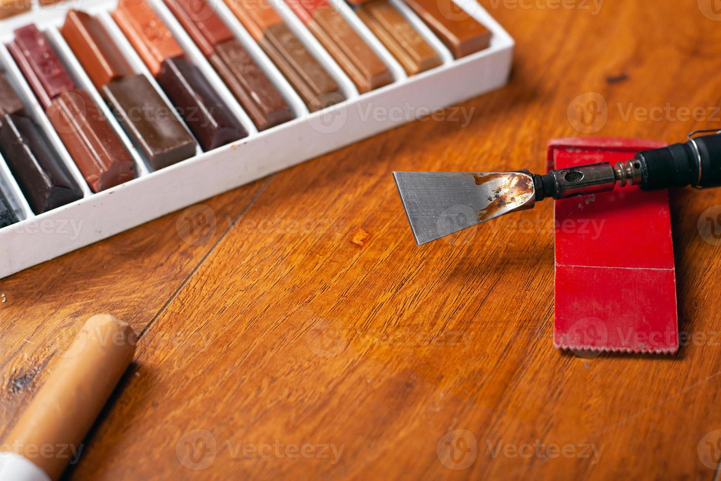 Werkzeuge und ein Satz Wachsstifte zum Versiegeln von Kratzern und Spänen foto