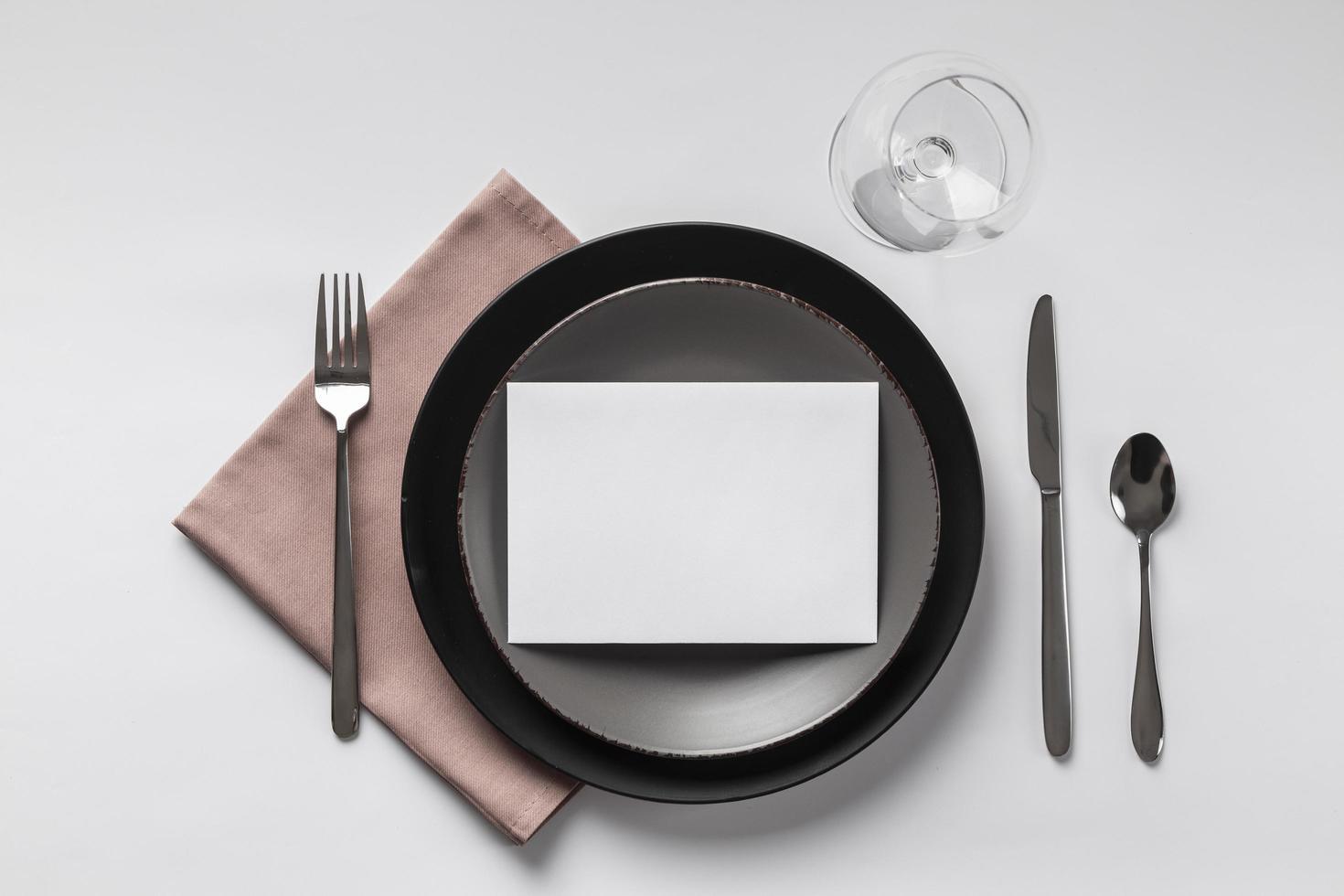 Tabelleneinstellung mit leerer Tischkarte foto