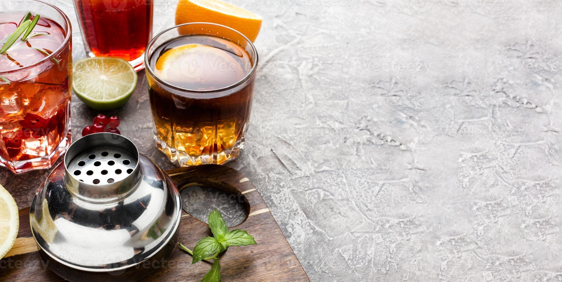 High Angle Mix aus alkoholischen Getränken mit Kopierraum foto