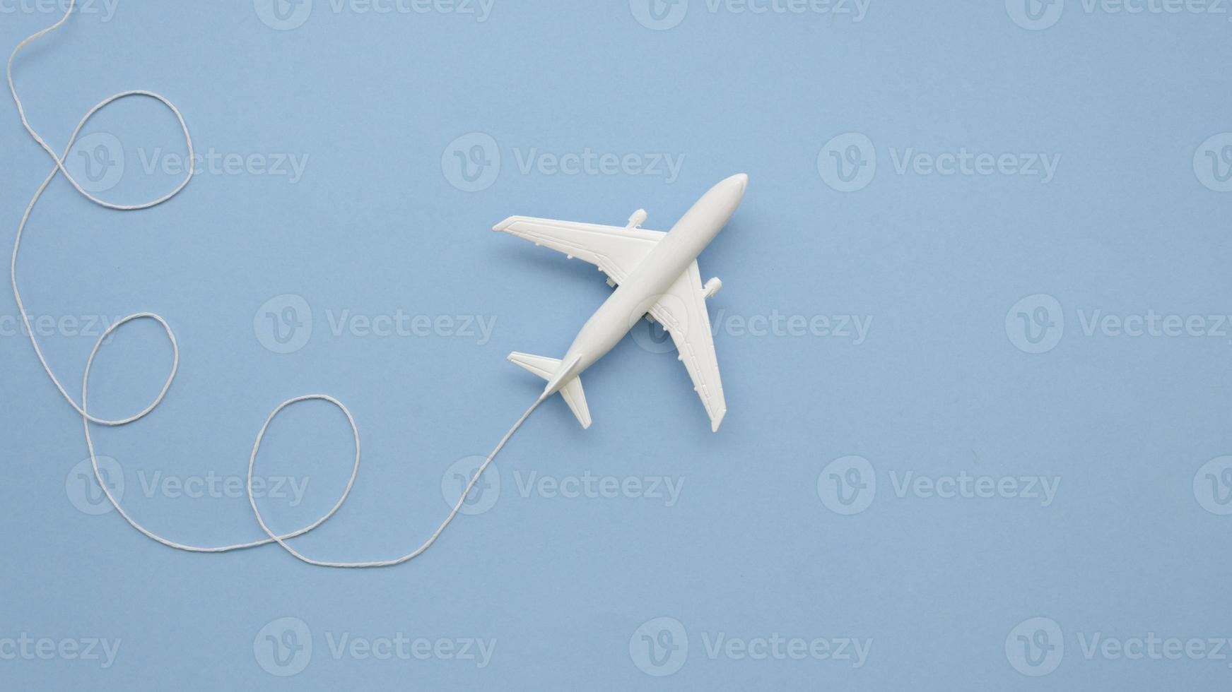 Kopieren Sie Raumflugzeug Spielzeug auf blauen Tisch foto