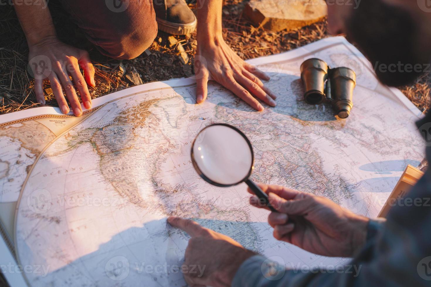 abgeschnittener Mann, der Karte erforscht foto