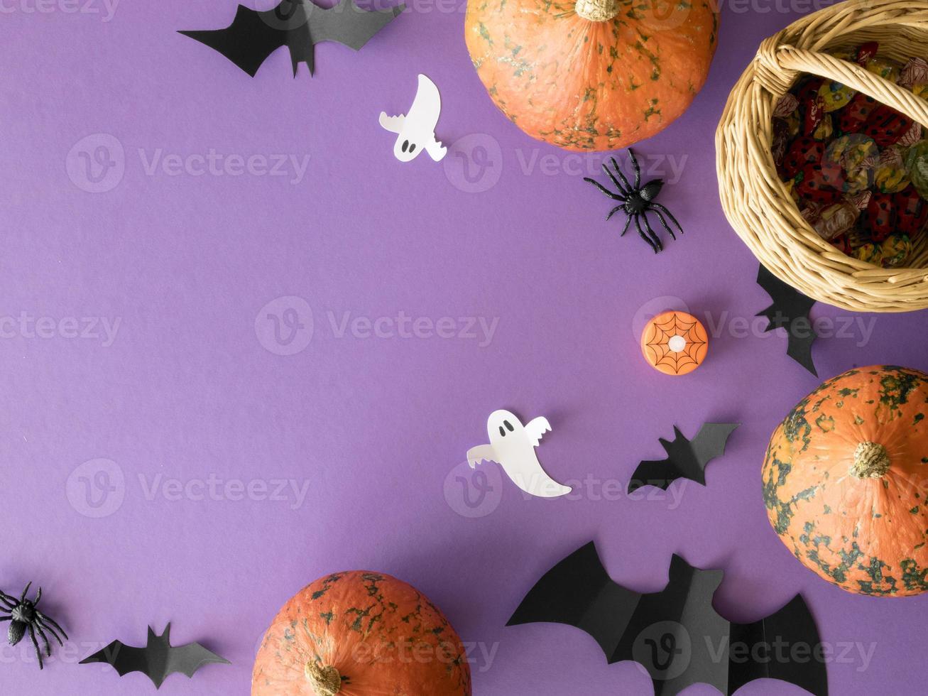 niedliches Halloween-Konzept mit Kopienraum auf lila Hintergrund foto