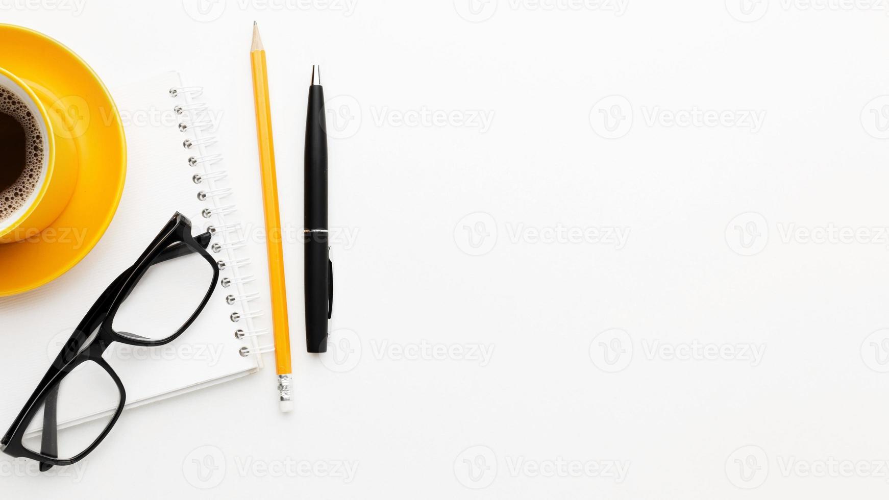 Flachgestell mit Brille und Stift foto