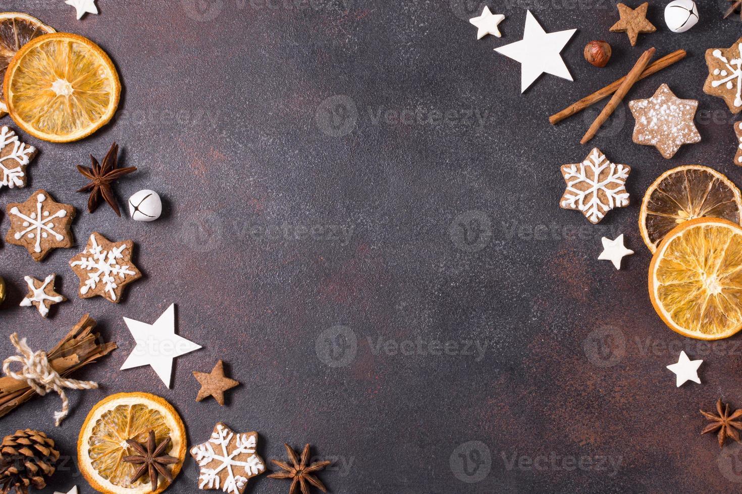 flach gelegte Lebkuchen, getrocknete Zitrusfrüchte und Weihnachtsdekor mit Kopierraum foto