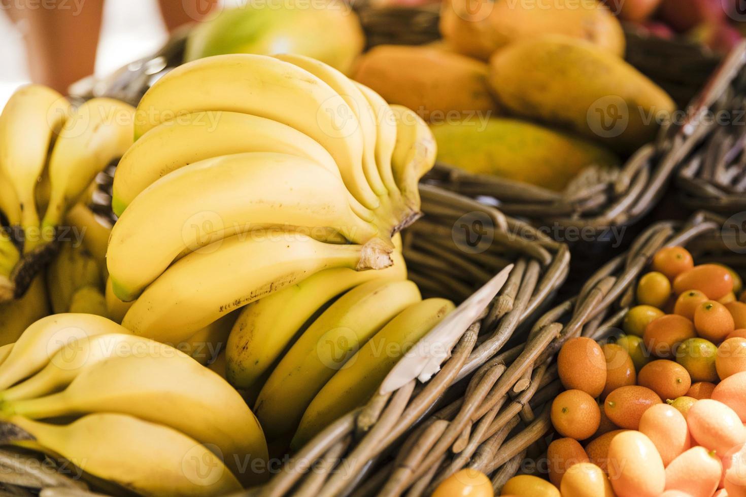 frische gesunde Bananen auf dem Straßenmarkt foto