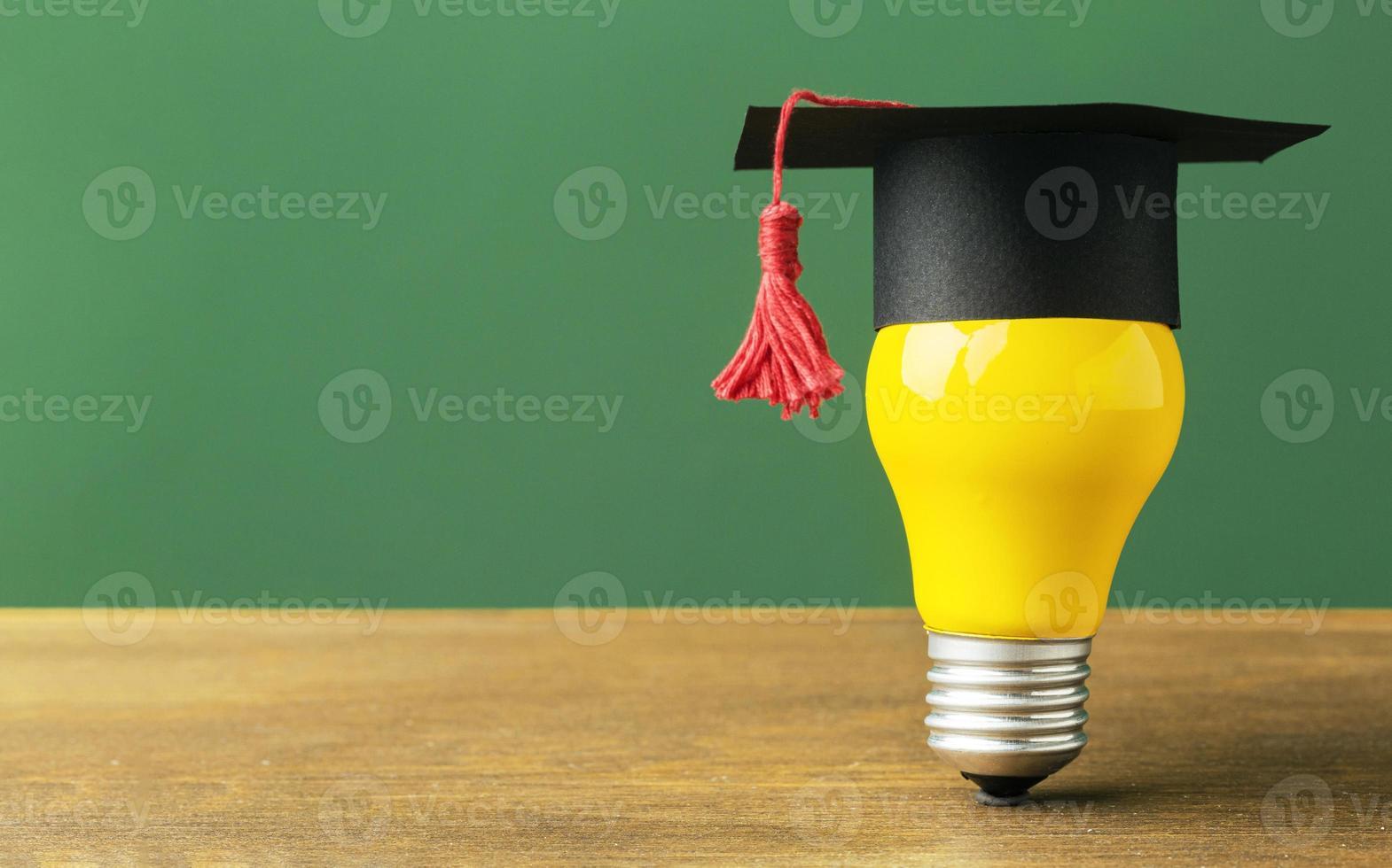 Vorderansicht Glühbirne mit akademischer Kappe und Kopierraum foto