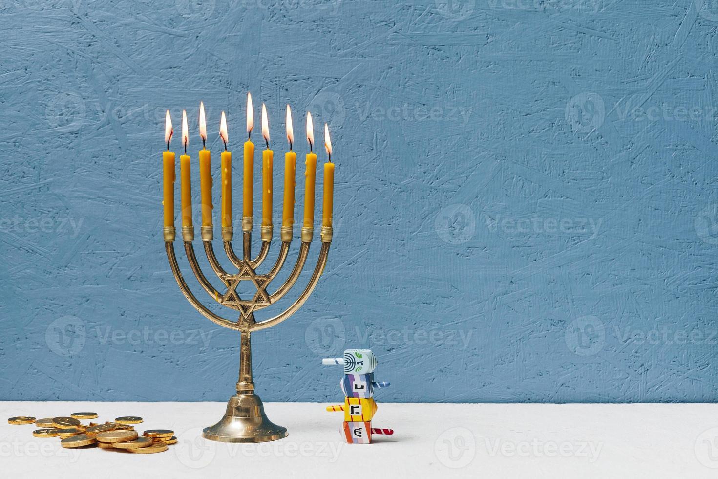 Hebräischer Kerzenhalter, der auf blauem Hintergrund brennt foto