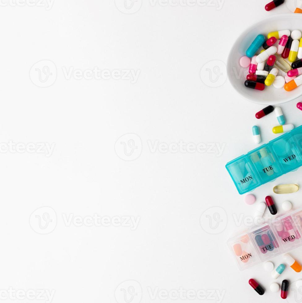Kopieren Sie Raumpille und Medikamententabletten auf weißem Hintergrund foto