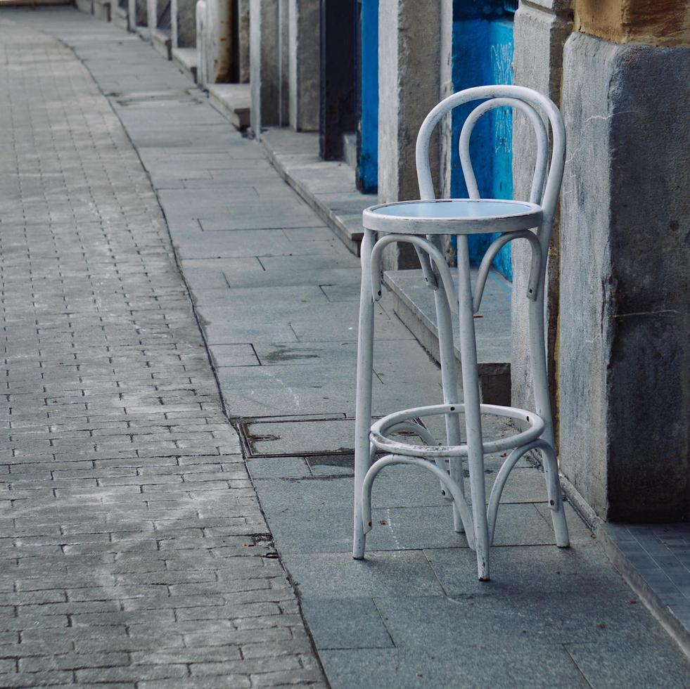 Stühle auf der Straße foto