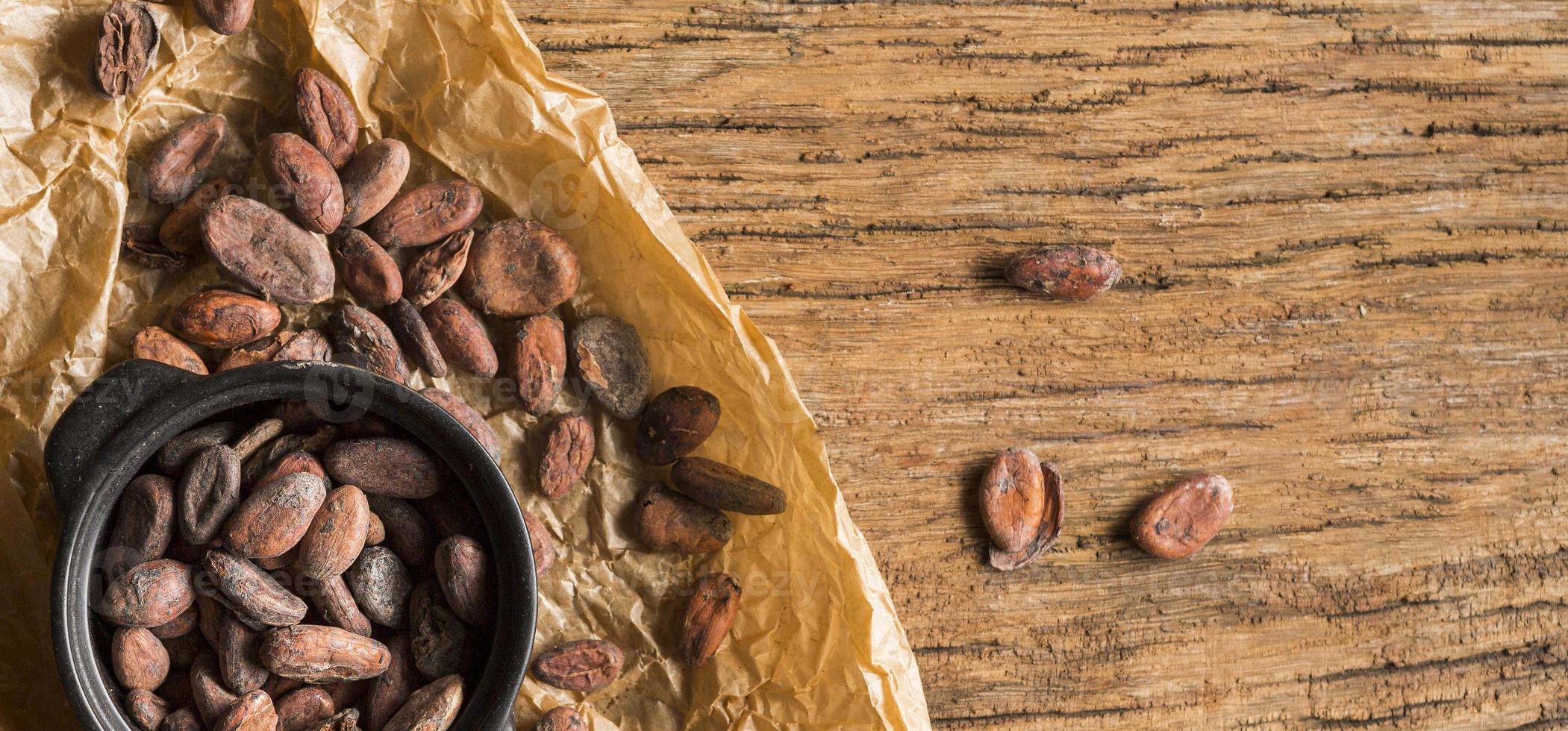 flach liegende Kakaobohnen foto