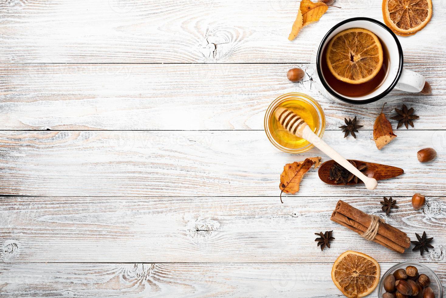flache Tee mit Honig und Kopierraum foto