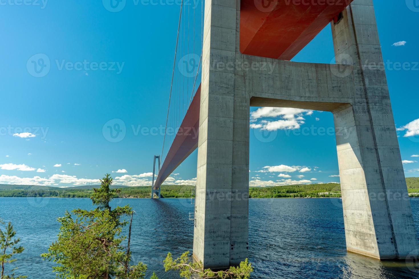 Low Angle View von unterhalb der Brücke an der High Coast foto