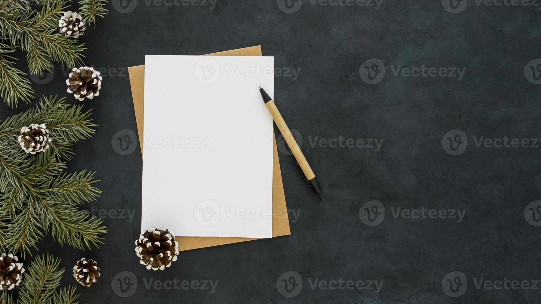 Kopieren Sie den weißen Papierstift des Raums auf dunklem Hintergrund foto