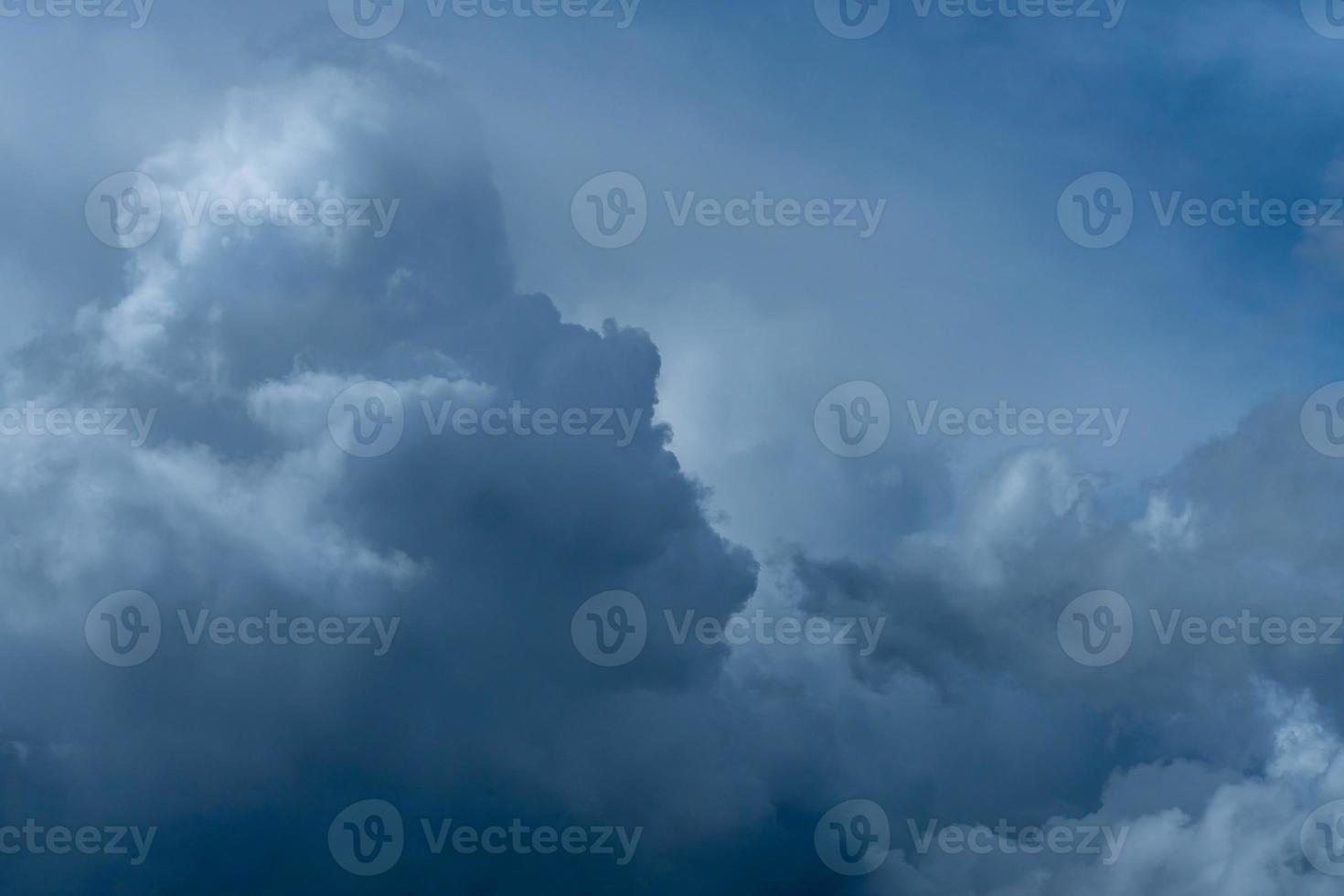 ankommende dunkle Gewitterwolken foto