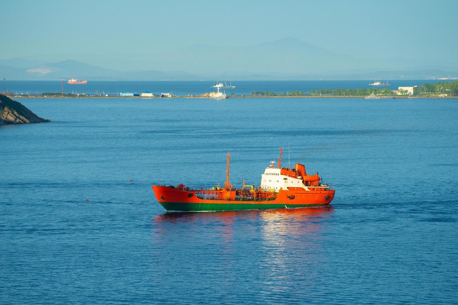 Seelandschaft mit Blick auf die Küste der Stadt. foto
