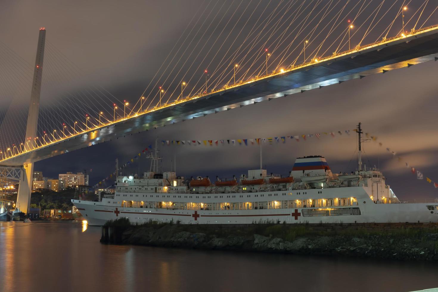 Nachtlandschaft mit Blick auf die goldene Hornbucht und das Schiff. foto