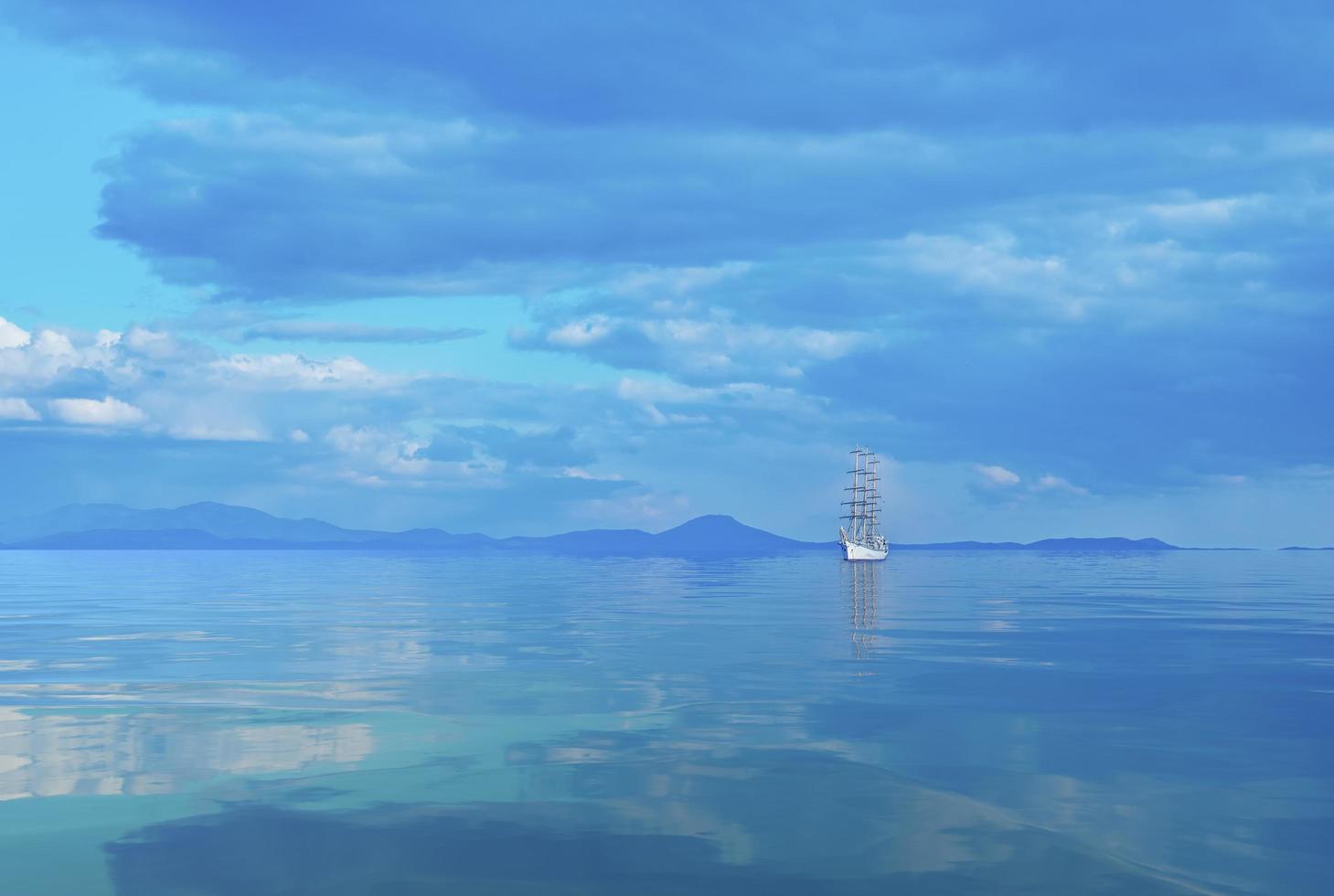 Seelandschaft mit einem schönen Segelboot am Horizont. foto