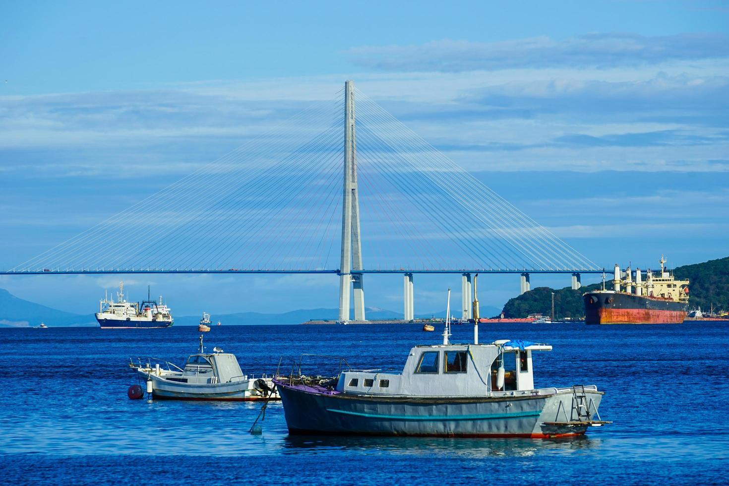 Seelandschaft mit Blick auf die russische Brücke und Schiffe. foto