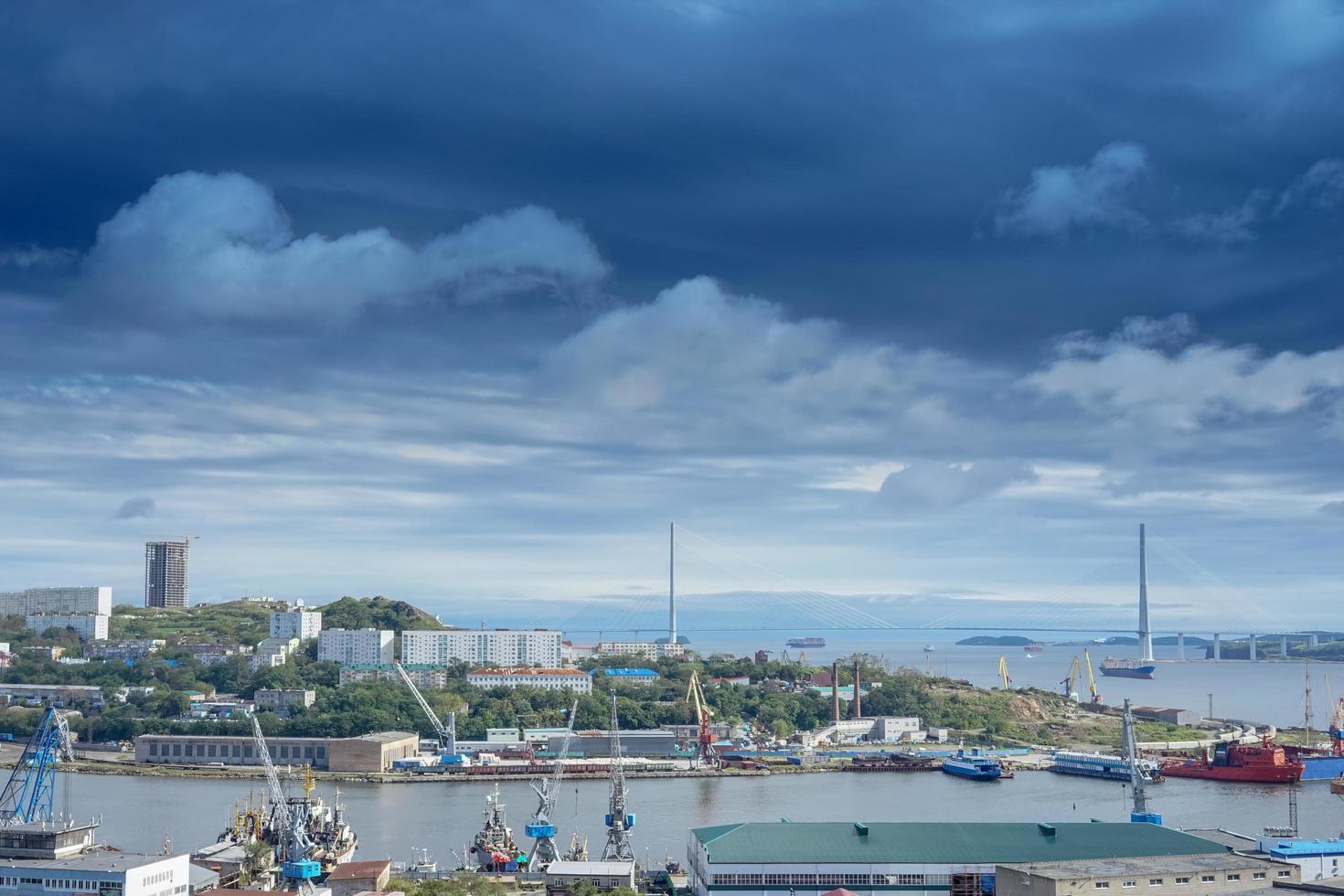 Wladiwostok, Russland. Stadtbild mit Blick auf die Bucht von Diomedes foto