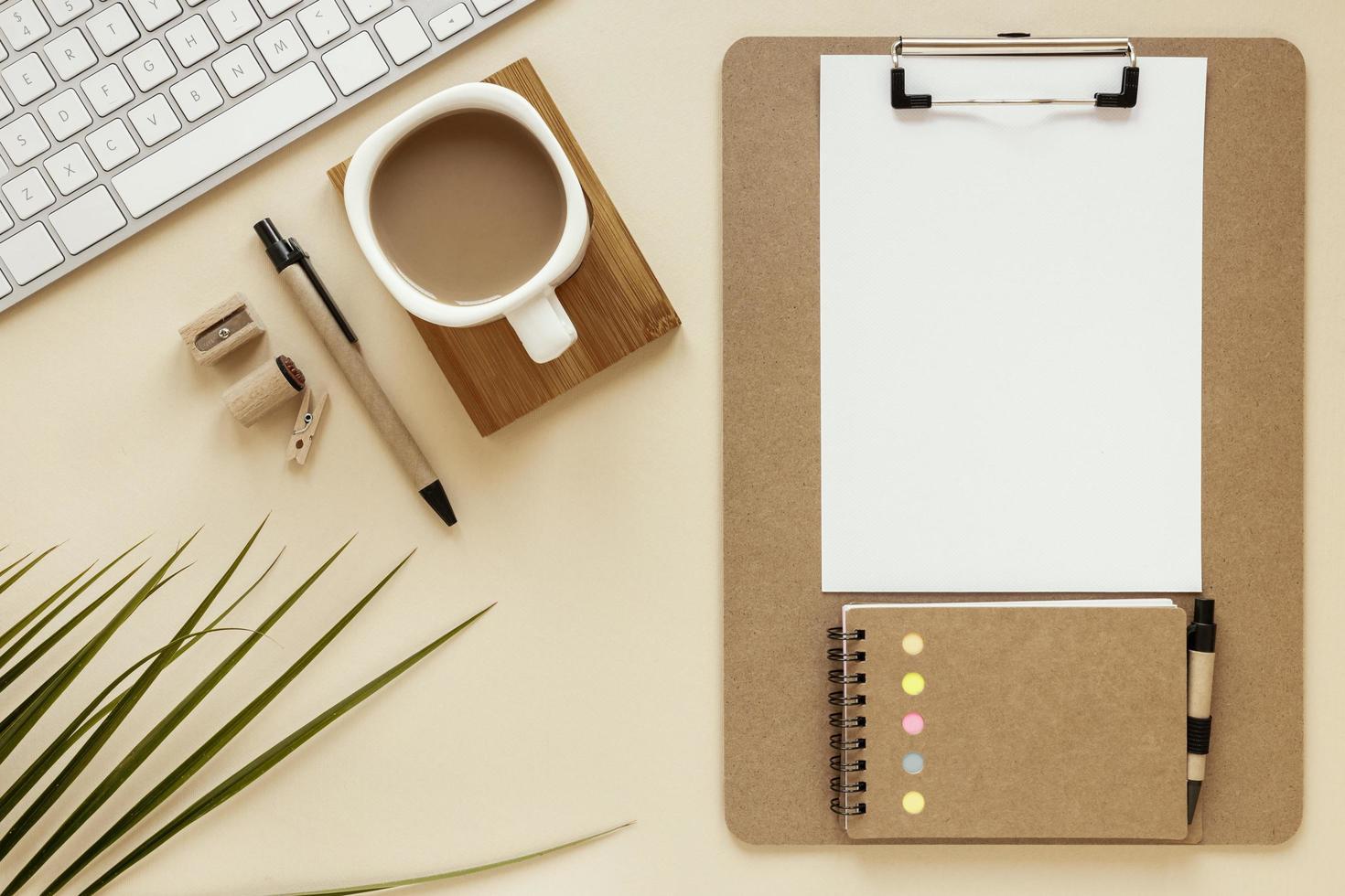 Zwischenablage mit Kopierraum auf dem Schreibtisch foto