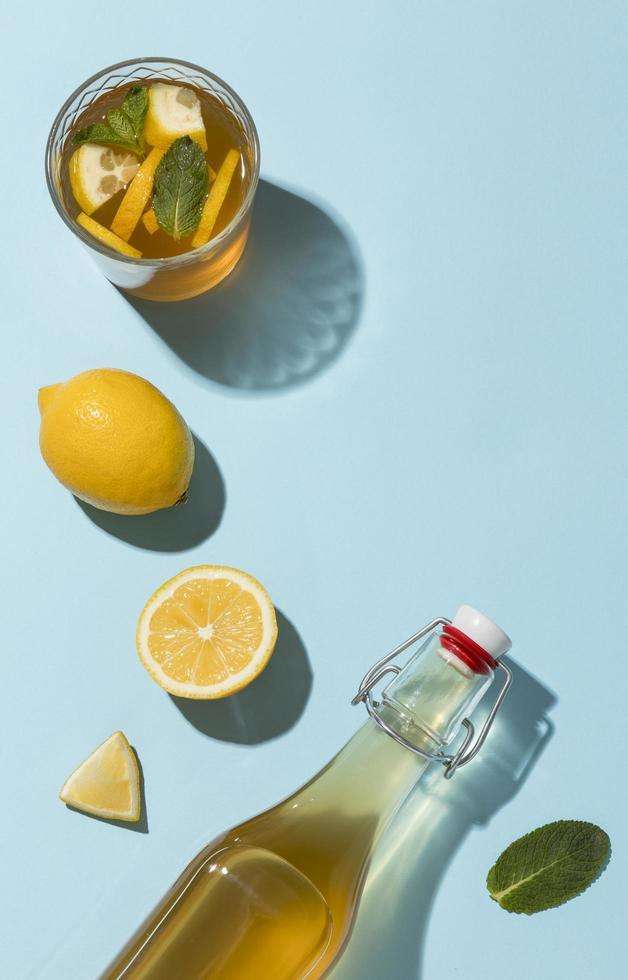 Zitronen-Basilikum-Kombucha-Zusammensetzung foto